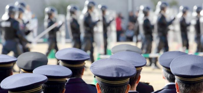 暴動が起きた場所に向かう機動隊と警察官