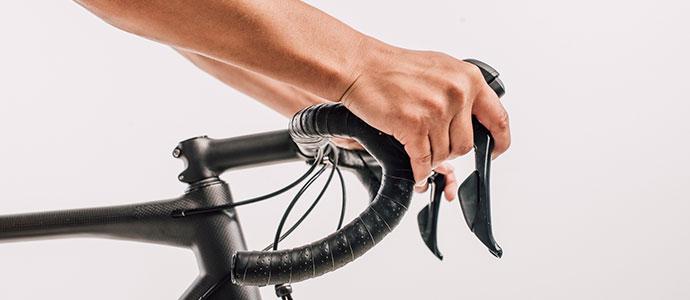 自転車のハンドルを握る競輪選手