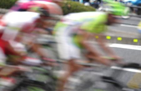 競って自転車を運転する選手たち