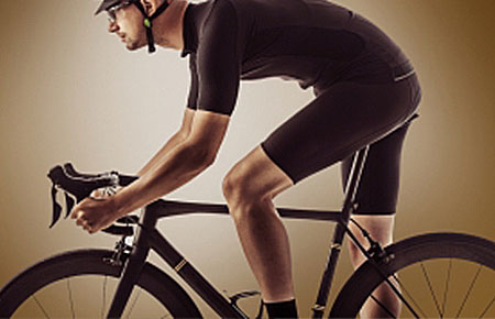 自転車に乗る競輪選手