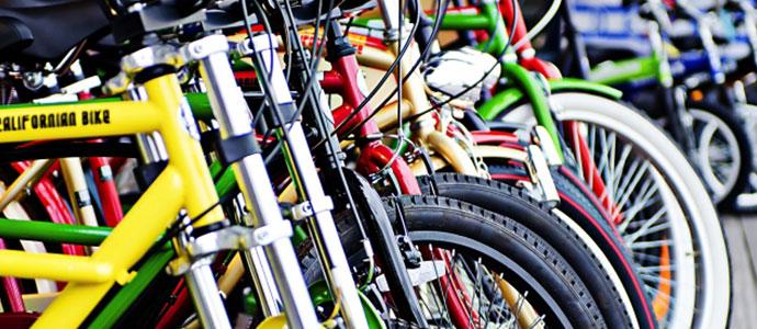 色とりどりに並ぶ自転車